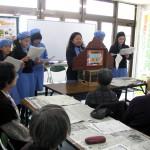 西淀川菜の花プロジェクトオリジナル紙芝居を、佃地区町会の老人会で読む小学生。