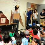 大学生がセミについて劇や紙芝居で説明します。